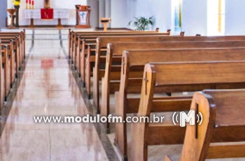 Mulher se esconde em igreja para fugir de agressões...