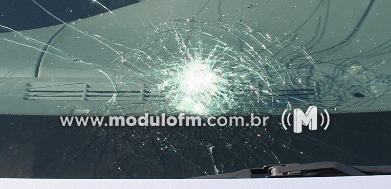 Produtor rural enfurecido joga pedras em para-brisa de caminhão...