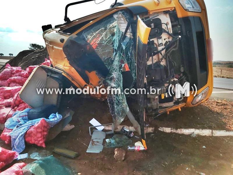 Caminhão carregado com batatas tomba e motorista fica ferido...