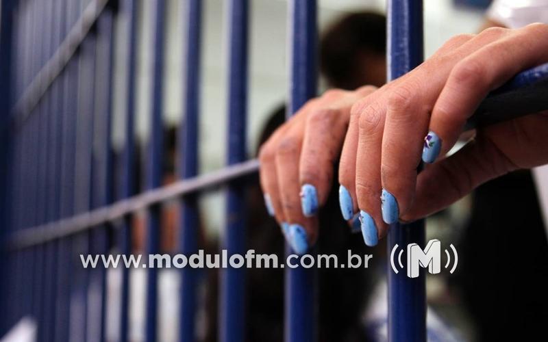 Mulher é presa por comunicar falso furto de celular...