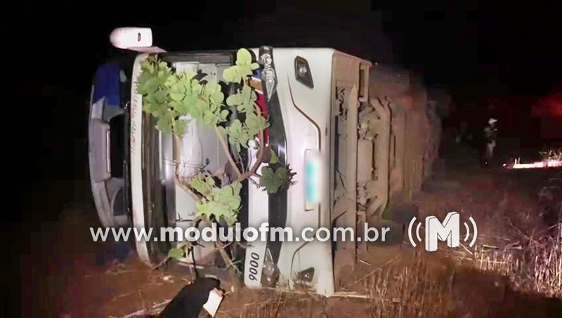 Veja o vídeo: Ônibus tomba e deixa um morto...