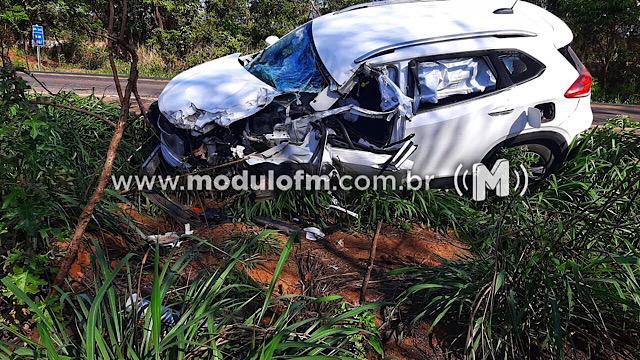 Colisão entre carro e caminhão deixa três pessoas feridas na BR-365