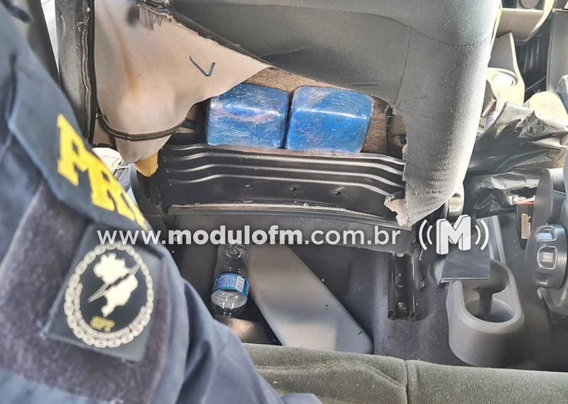 Homem foge da polícia e após perseguição abandona carro...